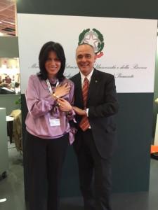 Dott.ssa Mariagrazia Caccamo del MIUR e il Dirigente Scolastico Prof. Maurizio Carandini, della Scuola Media Pascoli di Valenza, con il  gioiello Expo, realizzato dagli alunni e vincitore del bando di concorso.