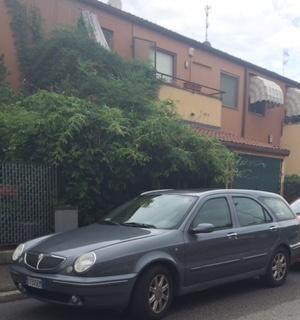 Auto parcheggiate per le ferie davanti alle abitazioni di altri: i vigili non possono intervenire