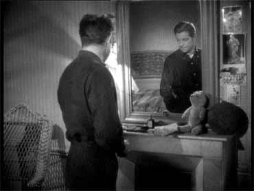 "Jean Gabin, in una scena del film ""Alba tragica"" di M. Carnét (1939)."